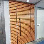 סרגלי אלומיניום דמוי עץ - דלת כניסה הרמטיקס