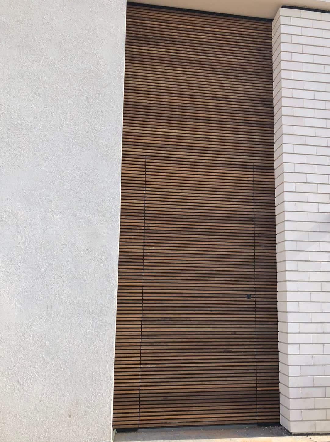 סרגלי עץ טיק בורמזי בדלת כניסה הרמטיקס