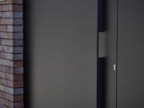 ידית בעבודת יד מותקנת על דלת במישור הקיר