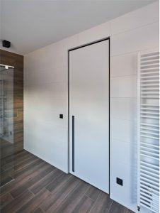 דלת קו אפס עם מסגרת שחורה