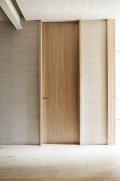 דלת פנים עד לתקרה בחיפוי עץ