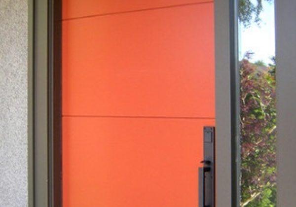 דלתות כניסה גבוהות בצבעים נועזים