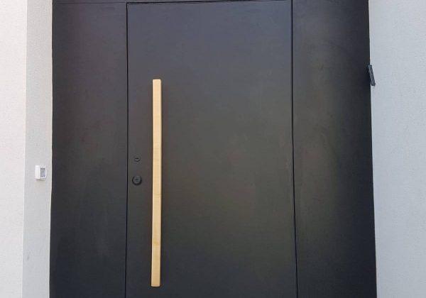 דלת מתכת עם ידית משיכה מעץ