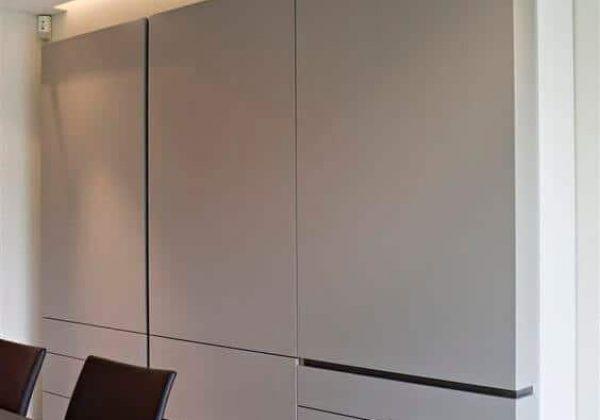 דלת כניסה מעוצבת עם פסי ניתוק