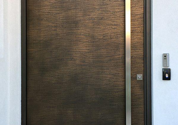 דלת חוץ בחיפוי ברונזה – מסתוריות קודרת