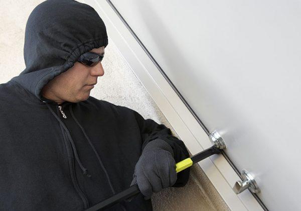 אז איך פורצים דלת מעוצבת מפלדה? לא לקרוא אם אתם רוצים לישון טוב בלילה או יוצאים לחופשה.