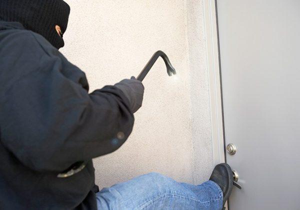 אמצעי ביטחון לבית – האזעקה מצפצפת וגם הפורצים – על דלת הכניסה שלכם.