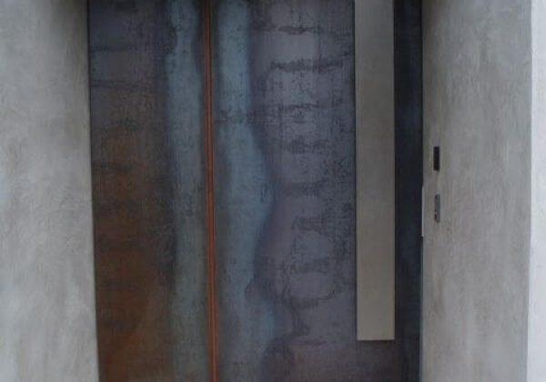 דלת כניסה לבית בחיפוי ברזל חשוף