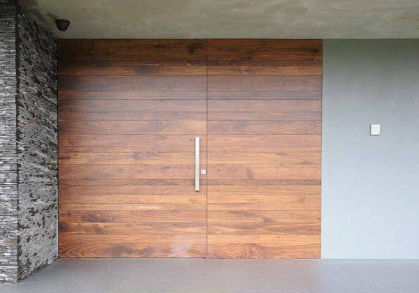 דלת דו כנפית מעץ החומר מדבר בעד עצמו